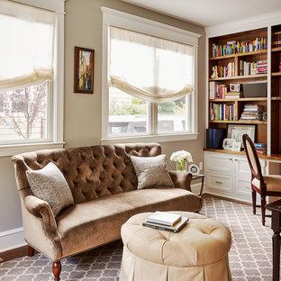 Inspiration för klassiska hemmabibliotek, med bruna väggar, mellanmörkt trägolv och ett inbyggt skrivbord