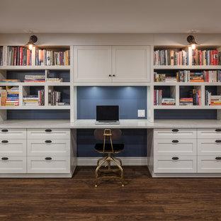 オタワの中くらいのトランジショナルスタイルのおしゃれなホームオフィス・書斎 (青い壁、造り付け机、ライブラリー、ラミネートの床) の写真