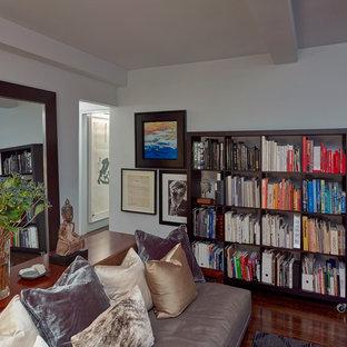 ニューヨークの中サイズのアジアンスタイルのおしゃれなホームオフィス・仕事部屋 (ライブラリー、白い壁、暖炉なし) の写真