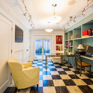 サンフランシスコの中サイズのコンテンポラリースタイルのおしゃれなアトリエ・スタジオ (緑の壁、暖炉なし、自立型机、塗装フローリング、黒い床) の写真