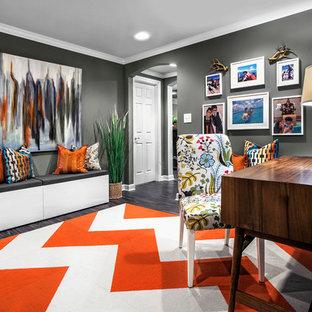 シカゴの大きいミッドセンチュリースタイルのおしゃれなホームオフィス・仕事部屋 (ライブラリー、グレーの壁、竹フローリング、暖炉なし、自立型机、茶色い床) の写真