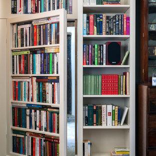 Esempio di uno studio chic di medie dimensioni con libreria, pareti beige, pavimento in pietra calcarea, scrivania autoportante e pavimento grigio
