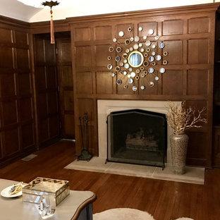 シカゴの中サイズのトランジショナルスタイルのおしゃれな書斎 (茶色い壁、無垢フローリング、標準型暖炉、コンクリートの暖炉まわり、自立型机、茶色い床) の写真
