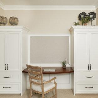 Esempio di un piccolo ufficio tradizionale con pareti beige, pavimento con piastrelle in ceramica, scrivania incassata e pavimento beige
