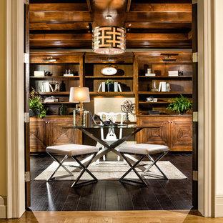 ロサンゼルスのトロピカルスタイルのおしゃれなホームオフィス・仕事部屋 (濃色無垢フローリング、自立型机、茶色い床) の写真