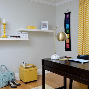 トロントの中サイズのコンテンポラリースタイルのおしゃれなアトリエ・スタジオ (グレーの壁、竹フローリング、自立型机、茶色い床) の写真