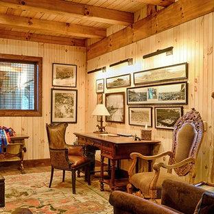 Rustik inredning av ett mellanstort arbetsrum, med beige väggar och tegelgolv