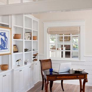 サンディエゴのビーチスタイルのおしゃれな書斎 (ベージュの壁、淡色無垢フローリング、自立型机、ベージュの床) の写真