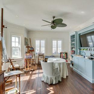 Стильный дизайн: большая домашняя мастерская в морском стиле с белыми стенами, темным паркетным полом, коричневым полом и встроенным рабочим столом - последний тренд