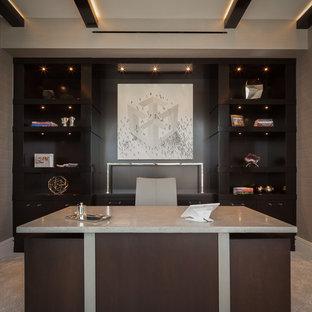 マイアミの中サイズのコンテンポラリースタイルのおしゃれな書斎 (グレーの壁、セラミックタイルの床、暖炉なし、自立型机、グレーの床) の写真