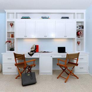 Foto de despacho marinero, sin chimenea, con paredes azules, moqueta, escritorio empotrado y suelo beige