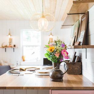 Стильный дизайн: маленький кабинет в стиле кантри с местом для рукоделия, белыми стенами, полом из винила, встроенным рабочим столом, коричневым полом, деревянным потолком и стенами из вагонки - последний тренд