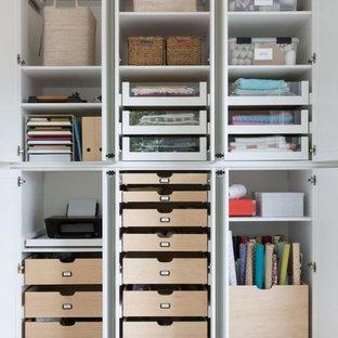 Aménagement d'un très grand bureau atelier moderne avec un bureau intégré.