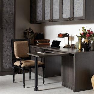 Неиссякаемый источник вдохновения для домашнего уюта: рабочее место среднего размера в современном стиле с бежевыми стенами, полом из керамогранита и встроенным рабочим столом без камина