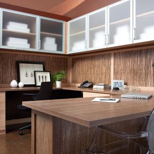 サンタバーバラの中くらいのコンテンポラリースタイルのおしゃれな書斎 (茶色い壁、磁器タイルの床、暖炉なし、造り付け机) の写真