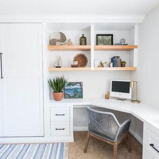 Diseño de despacho vintage, de tamaño medio, con paredes blancas, moqueta, escritorio empotrado y suelo beige