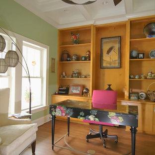 ローリーの中サイズのアジアンスタイルのおしゃれなホームオフィス・書斎 (ライブラリー、緑の壁、クッションフロア、暖炉なし、自立型机、茶色い床) の写真