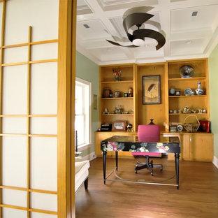 ローリーの中サイズのアジアンスタイルのおしゃれなホームオフィス・仕事部屋 (ライブラリー、緑の壁、クッションフロア、暖炉なし、自立型机、茶色い床) の写真