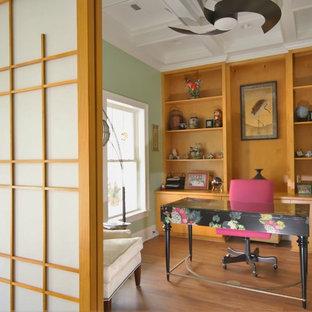 ローリーの中くらいのアジアンスタイルのおしゃれなホームオフィス・書斎 (ライブラリー、緑の壁、クッションフロア、暖炉なし、自立型机、茶色い床) の写真