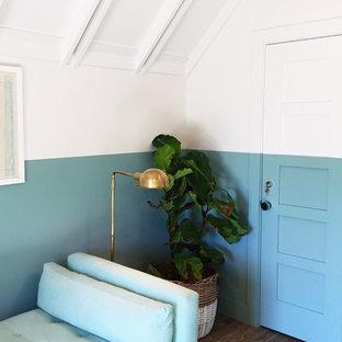 Immagine di un ufficio eclettico di medie dimensioni con pareti multicolore, parquet scuro, nessun camino e scrivania incassata