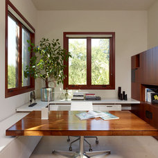 Modern Home Office by FRINGE STUDIO