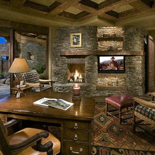 Ispirazione per uno studio stile americano con cornice del camino in pietra e camino ad angolo