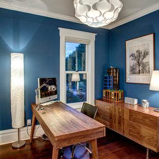 シアトルの中サイズのおしゃれなホームオフィス・仕事部屋 (青い壁、濃色無垢フローリング、自立型机) の写真