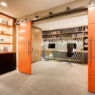 シアトルのミッドセンチュリースタイルのおしゃれな書斎 (マルチカラーの壁、カーペット敷き、暖炉なし、造り付け机、ベージュの床) の写真