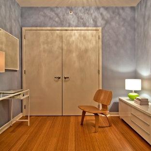 Foto di un piccolo ufficio minimal con pareti viola, pavimento in bambù, nessun camino e scrivania autoportante
