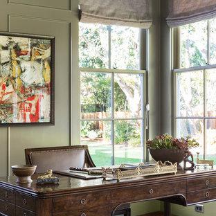 Idee per un grande ufficio classico con pareti verdi, moquette, nessun camino, scrivania autoportante e pavimento multicolore