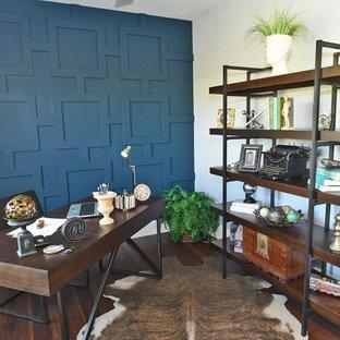 ニューヨークの中くらいのおしゃれな書斎 (マルチカラーの壁、ラミネートの床、自立型机、茶色い床) の写真