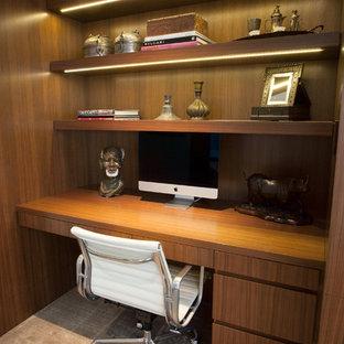 Immagine di un piccolo ufficio contemporaneo con pareti marroni, moquette, nessun camino e scrivania incassata