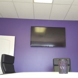 Idee per un piccolo studio con pareti viola, nessun camino e scrivania autoportante