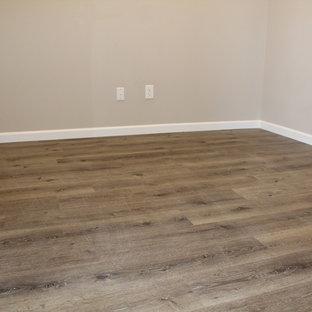 他の地域のおしゃれなホームオフィス・書斎 (クッションフロア、茶色い床) の写真