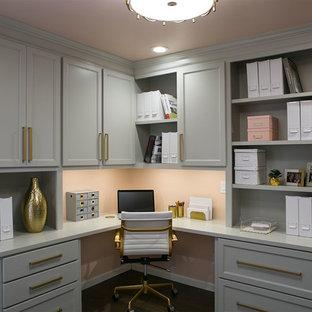 Esempio di uno studio classico con pareti rosa, parquet scuro, scrivania incassata e pavimento marrone