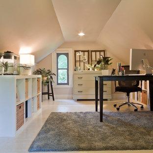 Foto di un ufficio tradizionale di medie dimensioni con pareti beige, pavimento in legno verniciato, nessun camino, scrivania autoportante e pavimento bianco