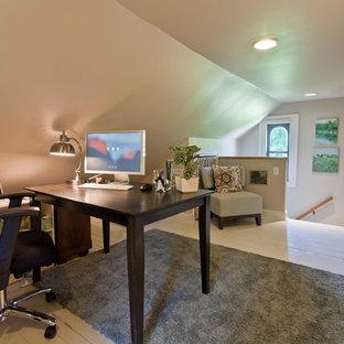 Неиссякаемый источник вдохновения для домашнего уюта: рабочее место среднего размера в стиле современная классика с бежевыми стенами, деревянным полом и отдельно стоящим рабочим столом без камина
