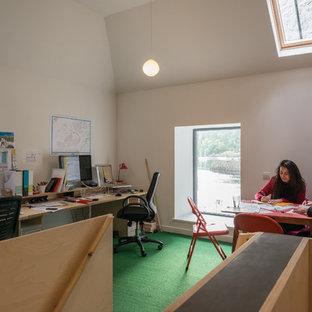 Idée de décoration pour un petit bureau design de type studio avec un mur blanc, moquette, un bureau intégré et un sol vert.