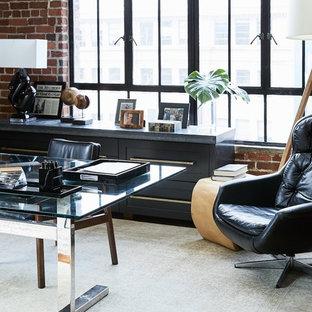 Immagine di uno studio industriale con pareti marroni, moquette, scrivania autoportante e pavimento beige