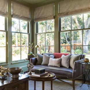 Inredning av ett klassiskt stort hemmabibliotek, med gröna väggar, heltäckningsmatta, ett fristående skrivbord och flerfärgat golv