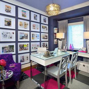 トロントのコンテンポラリースタイルのおしゃれなホームオフィス・書斎 (紫の壁) の写真