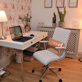 マンチェスターの小さいモダンスタイルのおしゃれな書斎 (マルチカラーの壁、ラミネートの床、自立型机) の写真