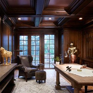 Immagine di un grande ufficio tradizionale con pareti marroni, pavimento in legno massello medio, scrivania autoportante, nessun camino e pavimento marrone