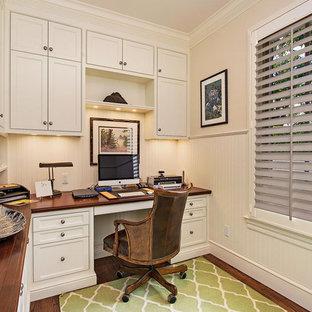 マイアミの小さいトロピカルスタイルのおしゃれな書斎 (白い壁、濃色無垢フローリング、暖炉なし、自立型机) の写真