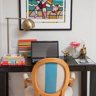 Inspiration pour un petit bureau bohème avec un mur blanc, un sol en travertin et un bureau indépendant.