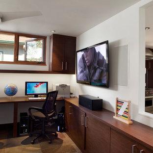 サンフランシスコの中くらいのコンテンポラリースタイルのおしゃれな書斎 (白い壁、スレートの床、造り付け机、茶色い床) の写真