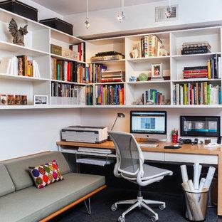 Modelo de despacho contemporáneo con moqueta, escritorio empotrado y paredes blancas