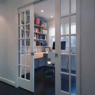 Idee per un ufficio moderno con pareti bianche e scrivania incassata