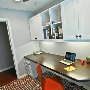 アトランタの小さいおしゃれなホームオフィス・仕事部屋 (レンガの床、造り付け机) の写真