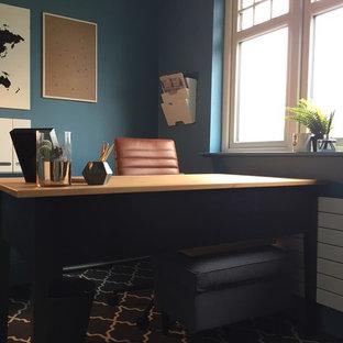 他の地域の小さいコンテンポラリースタイルのおしゃれな書斎 (青い壁、ラミネートの床、自立型机、黄色い床) の写真